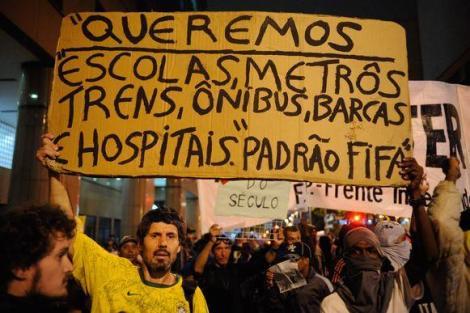 protesto_contra_a_copa_do_mundo_reune_mil_pessoas_em_sao_paulo_16042014-124458-11
