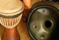 Gli strumenti musicali a casa di Jesse: djembe e hang (foto: Anna Luciani)