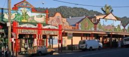 Cullen Street, Nimbin (fonte: Google images. https://pindanpearl.wordpress.com/2013/06/11/brisbane-to-nimbin/)
