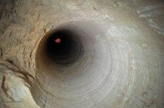 gli stessi carotaggi, fatti nel suolo per indagare preventivamente sulla possibile presenza di opali, sono camini di areazione per i tunnel sottoterra. (foto: Anna Luciani)