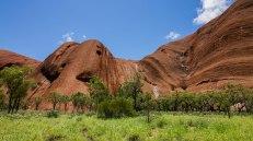 passeggiando ai piedi di Uluru (foto: Anna Luciani)