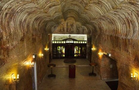 """La chiesta è stata scavata con le stesse macchine utilizzate nelle miniere. Il risultato sono pareti perfettamente squadrate e lisce, ad eccezione delle incisioni lasciate dai """"denti"""" delle macchine escavatrici che diventano interessanti decorazioni."""