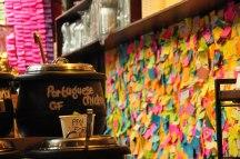 The Soup Place. In questo locali, in Center Place, il cliente paga per un piatto di zuppa (molto buona) e lascia un post-it sul frigo del locale con il proprio nome e/o una frase. Il post-it vale come buono pasto (incluso nel prezzo pagato – 7 dollari) per una persona che non può permettersi di pagarsi da mangiare. Durante il giorno, o nei giorni successivi, le persone più povere grazie al post-it possono passare e richiedere un piatto di zuppa e un pezzo di pane gratis. (foto: Anna Luciani)