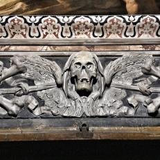 Chiesa di Santa Maria delle Anime del Purgatorio ad Arco. Dettaglio. Le 4 ossa ai lati del teschi rappresentano i 4 elementi, ovvero la fugacità della vita, i nodi sono le prove da superare, il cappuccio sono i peccati, e le ali rappresentano la salvezza (foto: Anna Luciani).