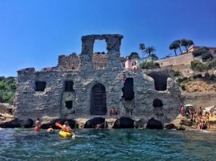 Palazzo di epoca romana... e ragazzi volanti (foto: Anna Luciani)