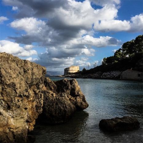 Le calette del Lazzaretto, il nostro angolo di paradiso. Sullo sfondo la torre del Lazzaretto (foto: Anna Luciani)