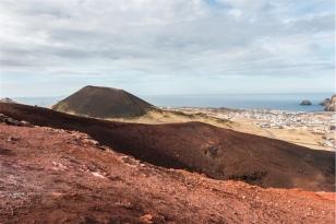 dal cratere del vulcano Eldfell la vista sul vulcano Helgafell (foto: Anna Luciani)