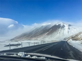 sulle montagne non sono nubi: è neve alzata dal vento (foto: Anna Luciani)