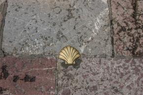 """in giro per la città: la conchiglia del """"Cammino di Santiago"""" (foto: Anna Luciani)"""