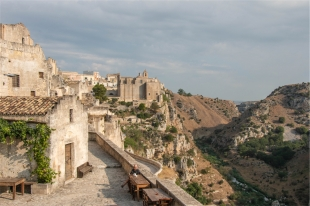 Hotel Sextantio grotte della Civita, l'esterno affacciato sulla Gravina (foto: Anna Luciani)